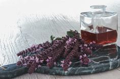 Use the basil flowers to create a lovely vinegar which you can use to prepare lovely dressings for tomato salads. It also matches perfectly with raw beetroot. 200 Calories, Tomato Salad, Growing Flowers, Beetroot, Glass Jars, Vinegar, Really Cool Stuff, Basil, Red Wine