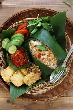 Nasi tutug oncom [recipe in Indonesian] Healthy Breakfast Recipes, Healthy Recipes, Malay Food, Indonesian Cuisine, Indonesian Food Traditional, Malaysian Food, Asian Cooking, Cooking Recipes, Beef Recipes