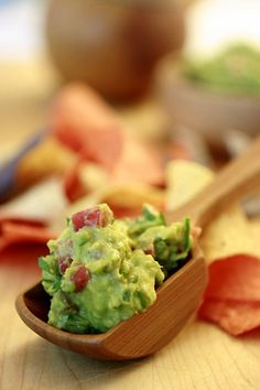 Whenever I invite guests over during the summer, I serve plenty of guacamole!  Yet many friends have told me that their guacamole is not nearly as tasty and I think I know what the trouble is... #skinnychef