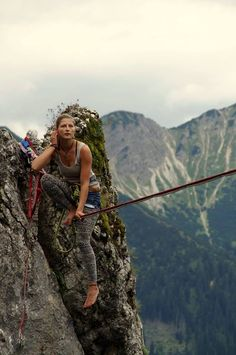 Our females' rock climbing paraphernalia comes with strategically developed mountain climbing jeans, tops, pants and leggings. Climbing Outfits, Climbing Clothes, Nike Elites, Surf, Snowboard, Trekking, Adventure Bucket List, Adventure Travel, Escalade