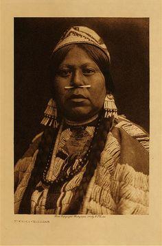 1910 Chinook woman near Celilo Falls (Columbia River) Wishram village  photo: Edward S. Curtis (Native American, Indian)