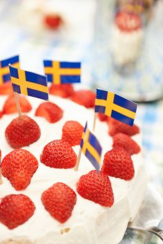 Strawberries and cream cake Swedish Flag, Swedish Style, Swedish Recipes, Swedish Foods, Scandinavian Food, Scandinavian Cottage, Usa Party, Cake Decorating Tips, Recipes From Heaven