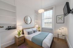 Junior One Bedroom apartment - Gloucester Place Marylebone.   Baker Street, Marylebone Station, Regents Park, Lords Cricket Ground and the London Central Mosque are all a short walk away.  Marylebone Village and the entire West End are also within easy reach by foot, bus or tube.