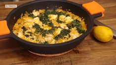 No, no es paella. Pero sí es un arroz seco fácil de preparar, y con un sabor a mar que te convertirá por un momento en pez abisal.