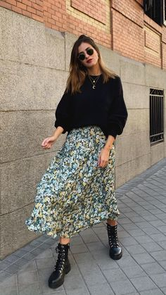 Pretty floral print midi skirt with cute black puff sleeved top and edgy lace up black leather boots. Winter Fashion Outfits, Modest Fashion, Look Fashion, Fall Outfits, Autumn Fashion, Floral Skirt Outfits, Midi Skirt Outfit, Midi Skirt Floral, New Look Floral Dress