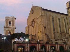 Napoli Medievale: il complesso francescano di Santa Chiara fu eretto a partire dal 1310 per volere di Roberto d'Angiò e di sua moglie Sancia di Maiorca ed è uno dei monumenti più importanti della città. Sono visitabili: la Basilica, edificata in stile gotico provenzale, poi trasformata dai rifacimenti barocchi tra il 1742 e il 1749, ora tornata dopo l'incendio del 1943 alle antiche forme gotiche; il Chiostro maiolicato delle clarisse, risistemato tra il 1739 e il '42 da Domenico Antonio…