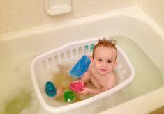 Utilisez un panier de linge pour faire prendre le bain a bébé