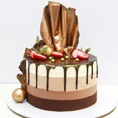 Муссовый торт три шоколада – сочный брауни на французском какао, пропитка на основе ликера «Бейлиз» и ганаша, мусс из трех видов бельгийского шоколада – горький, молочный и белый. Декор шоколадом и свежими ягодами. Автор Instagram.com/pirozhenka074