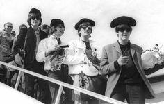 Los #Beatles a su llegada a El Prat (#Barcelona) tocados con una montera de torero en julio de 1965