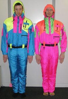 Ivy - Bon retour à les années 80! Une décennie plein de surprises et couleur. Ces deux messieurs portent les tenues excentrique et vives faire du ski. Le tenue première présente une combinaison de ski bleu néon en nylon avec jaune néon et rose néon détail