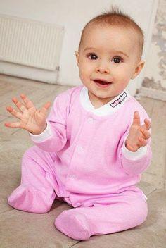 Гаджеты для новорожденных Этот боди имеет встроенные датчики, которые контролируют температуру тела малыша и сообщает об ее изменении, позволяя узнать об этом практически мгновенно. При нормальной температуре боди имеет розовый или голубой цвет, при повышении температуры тела цвет изменяется на белый.