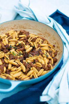 Un primo piatto ricco di sapore e dalle mille sfumature! Pasta con salsicce e albicocche secche, al marsala. Un ragù semplice, velocissimo e originale!