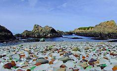 10 spiagge così uniche che devi vederle per crederciGlass Beach, California, Stati Uniti Ciottoli di vetro colorato coprono la spiaggia