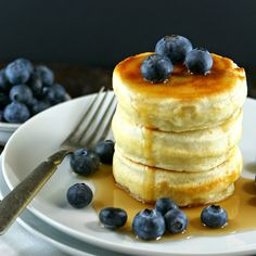 Authentic Suburban Gourmet: Japanese Style Pancakes (** - nice, very high. 3 pancakes is enough per person. In order to achieve height the pancake is a bit drier than normal pancakes) Breakfast Meat, Breakfast Recipes, Pancake Recipes, Souffle Pancakes, Pancakes For Two, Blueberry Pancakes, Japanese Pancake, Japanese Fluffy Pancakes, Wrap Recipes