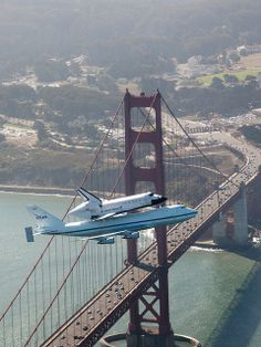Space shuttle Endeavour and its carrier aircraft soar over the Golden Gate Bridge in San Francisco during the final portion of its tour of California, on September (AP Photo/NASA, Carla Thomas) # Endeavor Shuttle, Photo Avion, V Force, San Francisco, Air Space, Photos Voyages, Space And Astronomy, Boeing 747, Space Shuttle