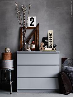Ni har väl inte missat att MALM byråer med två och tre lådor nu finns i en sober grå nyans. Vi kombinerar gråskalan med ett stilleben av udda gamla träföremål och grafiska skyltar, och harmoniskt smälter byrån in i sovrummets milda vårljus.