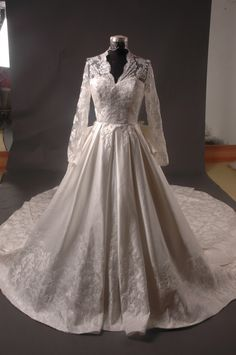 Kate Middleton's wedding dress... love!