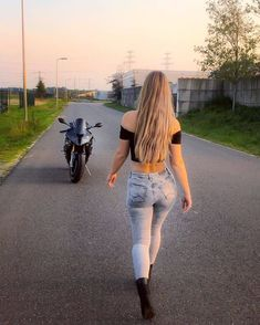 Image may contain: one or more people, people standing, sky and outdoor Superenge Jeans, Sexy Jeans, Biker Chick, Biker Girl, Motard Sexy, Looks Pinterest, Dirt Bike Girl, Motorbike Girl, Girls Jeans