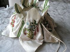LADIES CREAM SILK RETICULE WITH CHENILLE EMBROIDERY. ENGLISH 1790 – 1800