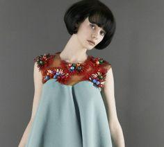 Jennifer Morris, giovane designer di origine scozzese, delinea la femminilità per il prossimo autunno inverno 2013/2014 attraverso i ricami e la sofisticata tecnica del tufting