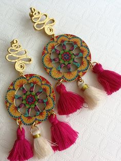 Pendulous earrings with discs made of wood printed with caltagirone motifs, large 3 cm diameter, fabric flowers. Flower-shaped pin closure in satin brass. Beaded Bags, Beaded Jewelry, Wood Earrings, Dangle Earrings, Red Coral, Sicily, Pearl White, Tassel Necklace, Artisan