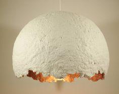 Blanc moderne papier mâché lampe suspendue par RoughHandsTheHague