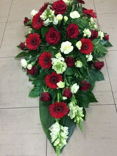 Gedulas Arrangements Funéraires, Funeral Floral Arrangements, Creative Flower Arrangements, Church Flower Arrangements, Beautiful Flower Arrangements, Beautiful Flowers, Casket Flowers, Grave Flowers, Church Flowers