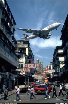 This is Hong Kongs Kai Tak Airport approach before the opening of Chek Lap Kok Airport Notice the airplane flew low over densely populated area Thermal Spraying, Kai Tak Airport, Airplane Flying, Hongkong, Airplane Photography, Commercial Aircraft, Civil Aviation, Boeing 747, Aircraft Pictures