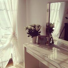"@kosmetycznahedonistka's photo: ""Moje ulubione miejsce w domu :-) Kocham białe róże :-) #home #homedecor #vanity #malm #ikea #whiterose #badroom #toaletka #hemnes #dressing #myroom #roomtour #white #polishgirl #instagood #relax #lovely #blog #wardrobe #sypialnia"""