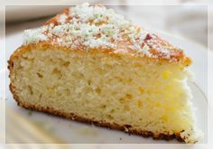 Eu estava doida atrás dessa receita: um bolo de mandioca fofo e molhadinho. Macaxeira, aipim ou mandioca, tudo dá na mesma! Apenas são nomes diferentes para uma raiz muito utilizada em nossas cozin…