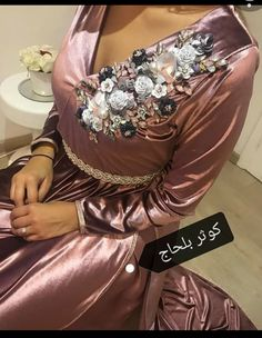 Evening Gowns Couture, Hijab Evening Dress, Evening Outfits, Embroidery Fashion, Embroidery Dress, Traditional Fashion, Traditional Dresses, Arab Fashion, Moroccan Caftan