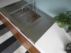 neonela - Rostfri Design  Rostfri diskbänk som är ett med den stora vita bänkskivan.