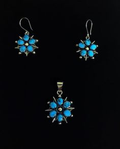 Juego de Aretes y Dije Plata 925. Diseño: Flor con Piedra  Turquesa Kingman  (Azul).  Medidas:  Arete 4cm largo, Dije 4 cm largo. Flor 2cm Diámetro.