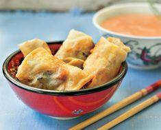 Involtini primavera con salsa agrodolce. Li avete mai provati con la pasta di riso? Sono leggerissimi, delicati e farciti con le verdure che vuoi tu.