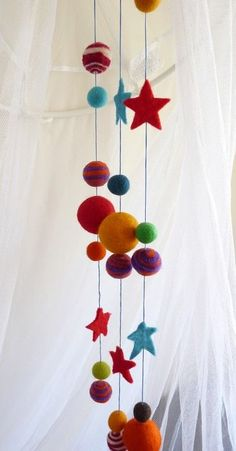 felt ball mobile Voor wolkralen (felt balls) : www.nl Informations About felt ball mobi Craft Stick Crafts, Felt Crafts, Diy Crafts, Wet Felting, Needle Felting, Mobiles, Felt Ball Garland, Hanging Garland, Felt Mobile