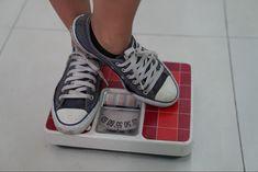 Een gezond gewicht! Voor de een geen centje pijn, voor de ander een levenslange opgave. Maar wat is dat nou eigenlijk, een gezond gewicht? Iets met #BMI, #HWR, #BFP, #SMM Lose Weight In Your Face, Gain Weight Fast, Healthy Weight Loss, Losing Weight, How To Eat Less, How To Run Longer, Muscle Weight, Body Weight, Cognitive Behavior