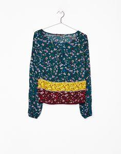 Blusa estampada con manga entredos. Descubre ésta y muchas otras prendas en Bershka con nuevos productos cada semana