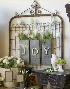 Upcycling an old rusty garden gate.prim home decor on the wall / store display ideas Spring Home Decor, Diy Home Decor, Spring Decorations, Yard Decorations, Christmas Decorations, Shabby Chic Decor, Vintage Decor, Shabby Vintage, Vintage Ideas