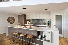 un îlot moderne et fonctionnel et des armoires blanches dans la cuisine