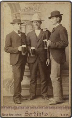 [Three men holding beer mugs], John Serdinko via the Southern Methodist University, Lawrence T. Old West Photos, Antique Photos, Vintage Pictures, Vintage Photographs, Old Pictures, Vintage Images, Romeo And Juliet Costumes, Into The West, Cowboys And Indians