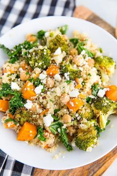 A delicious roasted broccoli quinoa salad with roasted sweet potatoes, kale and a flavorful lemon dressing. Great as a gluten-free vegetarian main! Sweet Potato Quinoa Salad, Kale Quinoa Salad, Quinoa Salat, Quinoa Salad Recipes, Vegetarian Recipes, Healthy Recipes, Quinoa Broccoli, Fast Recipes, Avocado Recipes