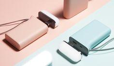 대각선으로 나눠진 블루와 핑크 색상의 배경에 따라 케틀디자인 배터리팩과 USB LED 라이트가 배치되어 있음