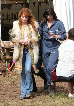 Pin for Later: Seht alle Stars beim Glastonbury Festival Florence Welch und Daisy Lowe