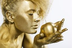 Gold everything is golden Metallic Bodies, Gold Bodies, Woman Painting, Body Painting, Abstract Canvas, Canvas Art, Apple Photo, Gold Paint, Images
