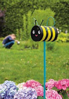 One hundred percent creative Insect hotel - handicrafts - . Garden Crafts, Diy Garden Decor, Garden Projects, Craft Projects, Garden Decorations, Upcycled Crafts, Kids Crafts, Tin Can Crafts, Summer Crafts