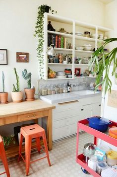 Open shelving//bar stools//butcher block//plants