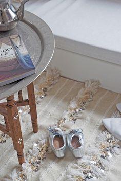Handira/ Moroccan weddingblanket  Moroccan lounge. Photo by El Ramla Hamra