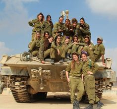 Israel IDF man and IDF women soldiers in the line of fire. Israeli Female Soldiers, Arte Judaica, Idf Women, Defence Force, Military Women, Military News, Military Uniforms, Tank Girl, Armed Forces