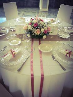 #tavolo #sala #allestimento #nastriraso #segnaposto #centrotavola #comunione #elegante Flower Centerpieces, Wedding Centerpieces, Wedding Decorations, Dining Room Table Decor, Decoration Table, Wedding Ideas Board, Wedding Planning, Wedding Seating, Wedding Table