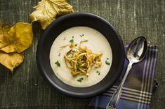 Knallgod hjemmelaget suppe av sellerirot. Topp suppen med sprøstekte strimler av selleri og hakket kruspersille. Frisk, Thai Red Curry, Ramen, Food Porn, Ethnic Recipes, Treats